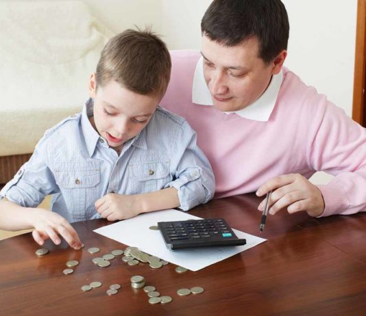 parents_teaching_child_to_save_money