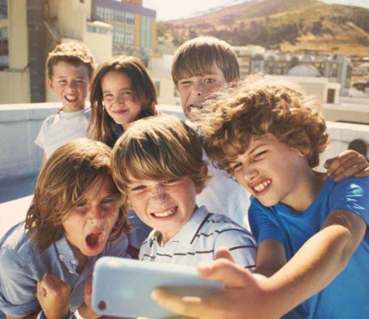 kids_taking_selfie_photos