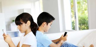 children_using_smartphones