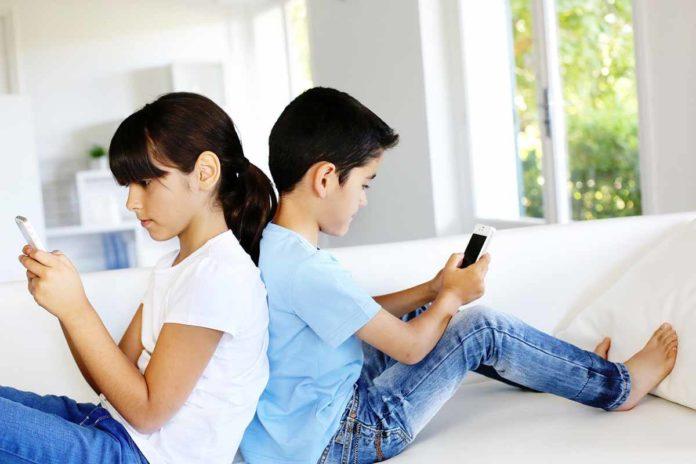 children_using_smartphones