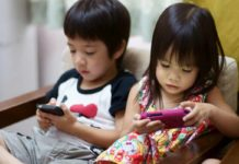 kids_using_smartphones
