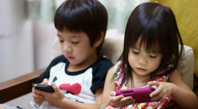 kids_using_smartphones