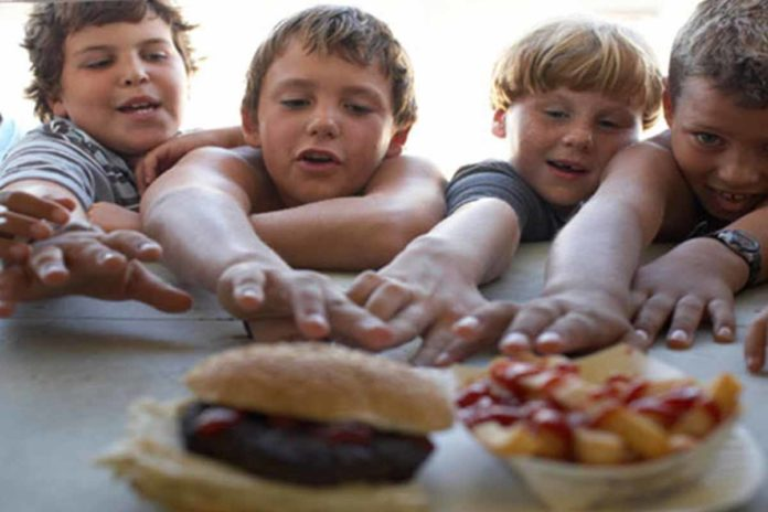 kid's_with_unhealthy_foods