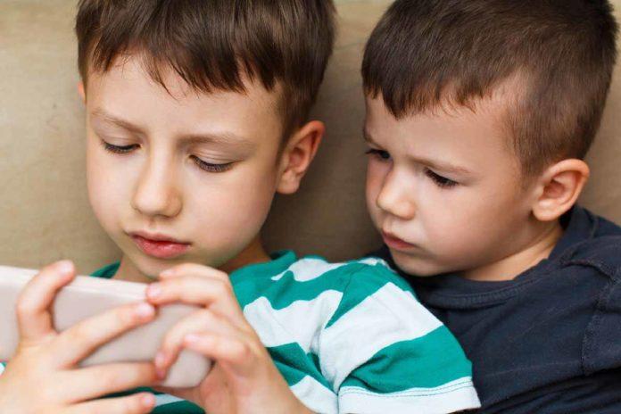 child-using-smartphone